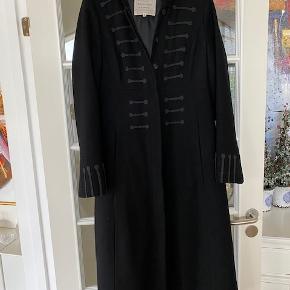 Super flot frakke i 100 % uld. Brugt en gang. Ingen fejl