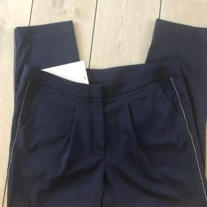 Sprit nye bukser  Skøn pasform  Sølvstribe ned langs siden