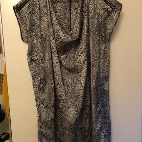 """Fin """"silke"""" top med flotte lynlåse på skulderen - det er fald foran i stoffet. Super fin stand"""