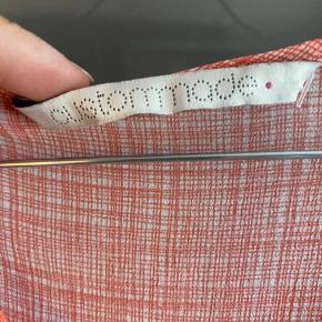 100%silke, meget fin top med søde detaljer