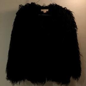 """Sød """"pels"""" jakke fra H&M i størrelse XS. 2 lommer, og mulighed for lukning hele vejen ned. Byd :)"""