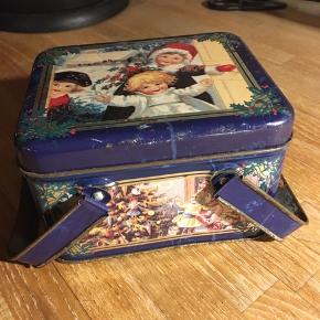 Klodser i fin metalæske med håndtag. The tin box company artwork from wood river gallery. 8x10x13cm. Bærer præg af brug men fin brugt stand.  60kr Kan hentes Kbh V eller sendes for 40kr DAO