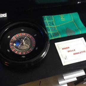 Retro roulette spil sælges...    Fremstår i super flot stand, for alderen..    Kommer info original kugle, filtdug, og manual..    Formentligt fra engang i 60/70'erne..    Den måler ca 28 cm Ø, og er forholdsvis solidt støbt i plastikken..     SE OGSÅ ALLE MINE ANDRE ANNONCER..  :D