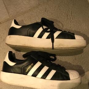 Varetype: Sneakers Farve: Sort Oprindelig købspris: 899 kr.  Super fede superstar sneakers fra Adidas, brugt 10 gange - med sål, så indeni er de ubrugte.