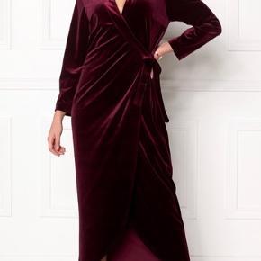 Super fin bordeaux slå-om kjole i velour, brugt en enkelt gang til bryllup.