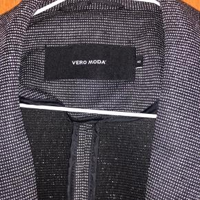 Sælger denne blazer fra vero moda da jeg ikke får den brugt. Den er aldrig brugt.
