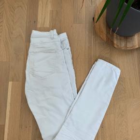 Sælger mine elskede hvide bukser, da de ikke passer mig mere, de sidder super flot og passer til mange forskellige outfits💫 - Der er en lille plet på dem, dog ligger man ikke mærke til det. - Yderligere billeder sendes ved efterspørgsel💜
