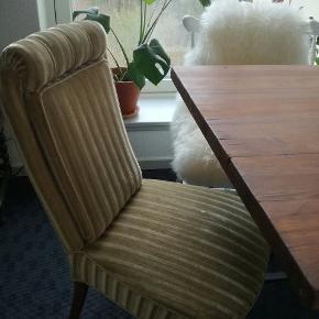 En flot retro stol med ben med teaktræsfarve. Stolen er i en afdæmpet grøn farve, der passer ind til det hele. 😊  På billederne, særligt billede 3, ses et lys sted på sædet. Dette er ikke en plet, men et enkelt sted, hvor betrækket er blevet trykket.  Kan afhentes i Esbjerg eller Aarhus C.   Tags: Stol retro teaktræ grøn lænestol patina stof gammeldags teak