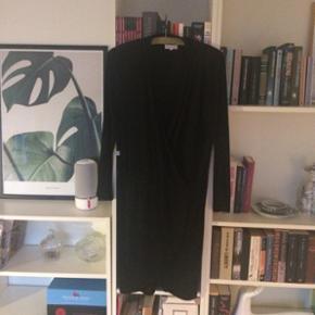 Smuk sort kjole fra Moss Copenhagen med slå om detalje. God stand. Lækkert stræk materiale str. 38.  Kan sendes med dao. Kig gerne på mine andre annoncer også☺️ bytter gerne.