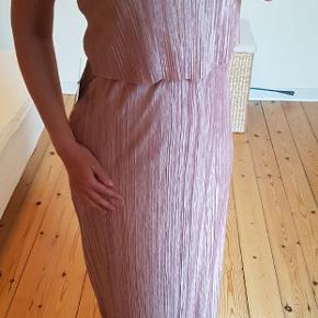 NLY-kjole. Indkøbt til fest, men aldrig brugt. Rigeligt lang (Jeg er 165 cm). Nem at korte af.