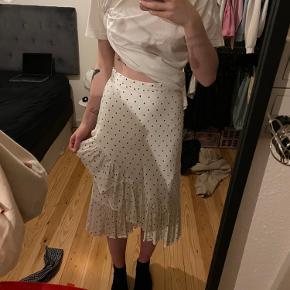 """Super fin nederdel fra H&M! """"Hængslen"""" på nederdelen er faldet af (som vist på billedet) - dette har dog ikke betydning for nederdelen, da den er med lynlås."""