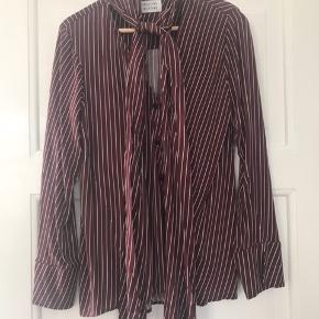Femin og blød skjorte med bindesløjfe FAST pris Kun salg via TS Ingen yderligere fotos Ingen mål 😊