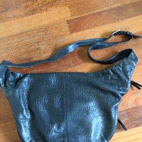 Fin cros body læder taske.   Har dog en lille skade ved remmen. Se billede. Deraf prisen.