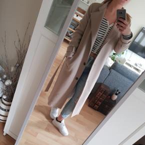 Den flotteste forårs frakke fra Libertine-Libertine .. nypris var 2000 .. ikke brugt og stadig med mærke på, da den er for lang efter min stil. Er 1,58 m. Kan passe en xs og S .. Ikke vinterjakke, ikke lavet af uld :)