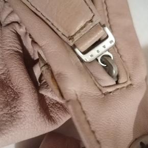 Ældre Marni-taske. Farven er en pudret rosa /nude som svarer til det billede hvor der er zoomet helt ind. Den er i rigtig fin stand, kun brugt en håndfuld gange. Uden dustbag. Måler ca 26x17 cm. Remmen kan justeres så man kan bære den i hånden eller over skulderen