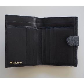 🍂 fin Mulberry pung med guld-lås foran. der er rigeligt plads til kort, sedler, og mønter. den er brugt, men i virkeligt god stand 👌🏻 skønt blødt læder.  📦 Køber betaler for fragt 💰 BYD GERNE!