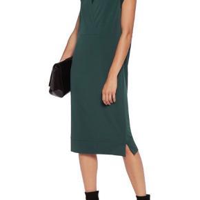 MB kjole - style Harluna i grøn ( haves også i sort på anden annonce) str. S ( stor i str.) Fine detaljer, silkestof ved ærmer og rundt i halsen, læg på ryggen og slids forneden i siderne. Lækkert crepe elastisk stof. Aldrig brugt, stadig pris på. Ny pris 1700 kr - bytter ikke - Byd.