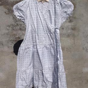 Varetype: Den sødeste sommerkjole Farve: hvid med lyseblå Oprindelig købspris: 500 kr.  Virkelig sød og romantisk hvid slåom kjole med fint sart lyseblåt blomsterprint. Kjolen har et trolig sødt snit og der er god vidde i den underste del. Ingen huller eller pletter, har kn været brugt enkelte gange til fint brug. #RydUdfordringen Pris: 50 pp
