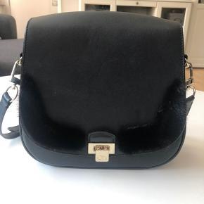 Lækker taske fra Oh! By Kopenhagen Fur! Tasken er i meget god stand. :-) Sender gerne flere billeder af den.