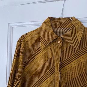 Vintage retro skjorte str 44 men meget lille i størrelsen, passer en M eller lille L. Med striber og spids krave