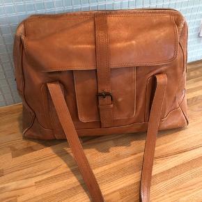 Fed taske - med plads til både pc og bøger.  Man kan se den er brugt, men fejler intet og har mange gode år endnu Mål  Længde 44 cm Bredde 14 cm Højde 30 cm