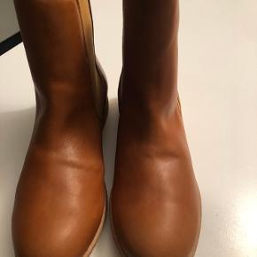 Super lækre støvler, som aldrig er kommet i brug.  Der er foer inden i - helt almindelige i størrelsen😊