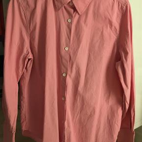 Brand: Arket Varetype: Skjorte Størrelse: 44 Farve: Lyserød Prisen angivet er inklusiv forsendelse.  Skjorte. Rigtig flot farve