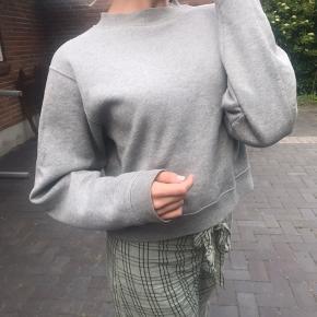 Populær sweater/trøje fra Acne Studios i grå.   Tjek min profil for en masse annoncer fra bl.a. Ganni, Stine Goya, Acne, Mads Nørgaard mm