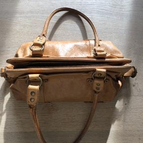 Taske i kernelæder vintage 125kr. Kan hentes på Nørrebro eller sendes mod betaling :-)