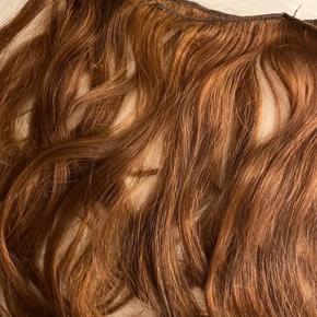 Hårtrenser fra Myextensions - Sælger disse hårextensions (ægte hår) da jeg ikke bruger dem mere. Har haft dem i i ca 5 måneder men der er stadigvæk meget liv i dem. Farven er brun med varmt/gyldent skær.   I alt 4 baner hår, ca 45 - 47 cm lange (var originalt længere men har trimmet dem) og vejer sammenlangt 100 gram.   De er beregnet til at skulle syes på men man kan også købe nogle clips og sy på, så man kan bruge dem som Clip-In extensions  Kan både glattes og krølles.  OBS: sælger også nogen i en nuance mørkere!   BEMÆRK: dette er brugte extensions så forvent ikke at de er ligeså glatte og bløde som som nye extensions. De har været vasket mange gange, glattet, krøllet og har klippet dem til så de har passet til mit hår - derfor skal de højst sandsynligt også rettes til for at passe til dit hår. Sælger dem billigt da jeg ikke skal bruge dem og de sagtens kan bruges igen, især hvis man plejer dem godt (Myextensions holder generelt længere end gennemsnittet) men vær indforstået med standen.