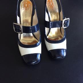 Smukke feminine sko fra Marc Jacobs str.40 passer perfekt. Mørkeblå/hvid. Nypris 3900,- sælges for 500,- plus porto