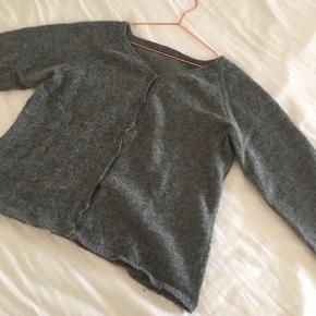 Dejlig hjemmestrikket cardigan i 100% uld:)   Virkelig god kvalitet, og ikke beskadiget på nogen måde.  Den er en lidt oversized str. S/M.  (Byd endeligt).