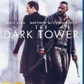 2339 - Dark Tower, The (Blu-ray)  Dansk Tekst - I FOLIE    The Dark Tower  I århundreder har den sidste ridderkriger, revolvermanden Roland Deschain, forsvaret Det Mørke Tårn, der holder sammen på universets mange dimensioner, mod den sortklædte troldmand Walter O'Dim. Begge er ude efter menneskedrengen, Jake Chambers, der ejer evnen til at se ind i andre verdener. Ved Deschains side kan han redde verden - men ved O'Dims side kan han knuse Det Mørke Tårn  Nikolaj Arcel, der har lavet den fantastiske De fortabte sjæles ø , har fået lov at lege med det helt store amerikanske maskineri med denne film, baseret på Stephen Kings roman. King har sjældent været særlig vilde med filmatiseringerne af sine romaner, men denne har han godkendt