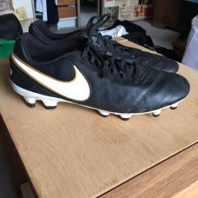 Super fine Nike fodboldstøvler str. 41 (passer også en 40). Fejler ingenting da de kun er brugt få gange⚽️