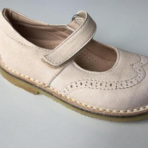Varetype: Søde læder ballerina sko med velcrolukning Farve: Rosa Oprindelig købspris: 950 kr.  Indvendig længde: 15 cm. I originalæske.