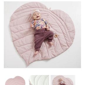 Tæppe fra Müsli... fx til baby på gulvet... Pæn stand - ikke brugt meget. Dog blevet vasket 1 enkelt gang og trænger lige til at blive strøget, så er den som ny...