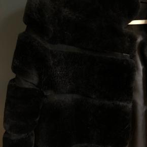 Super lækker rulamsjakke i sort. Få slid plamager som er standarden for rulam. Størrelse s/m men er oversize så passes perfekt med sweater under. Knap hænger løst så trænger til en ny tråd