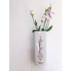 Den fineste retro hængevase med blomsterprint. Den har hul bagpå så man kan hænge den op. Den har lidt plamager indvendigt, men er ellers i fin stand.