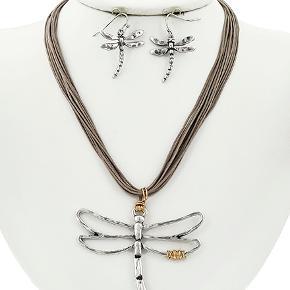 Smykkesæt med antique forsølvet vedhæng  Længde halskæde: 49 cm Vedhæng str.: 6 cm Matchende øreringe  PRISER ER INKL. LEVERING I DK  ¤¤¤ PRISEN ER FAST ¤¤¤