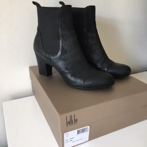 Flotteste støvler i lækkert skind!  Sælges udelukkende pga. hælhøjden (8 cm), som jeg synes bliver høj til mig.  På den ene hæl er der et lille mærke efter at have gået i/været imod et eller andet. Ellers i super stand og blot brugt 1 - maks 2 gange. De er str. 41, men passer en 40 :)