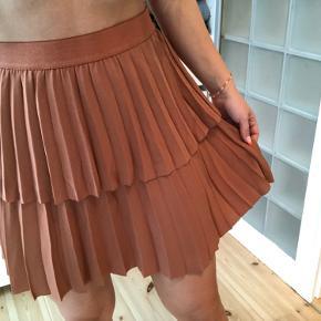 Rust / bronze / kobber farvet nederdel, str m, fitter umiddelbart også en s, som jeg selv er ✨