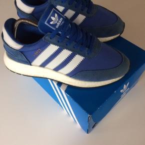 Sælger mine fede Adidas Iniki Boost til en god pris:) De er købt for 1100kr;) Er ikke blevet brugt særligt meget og har derfor ikke så meget tegn på brug