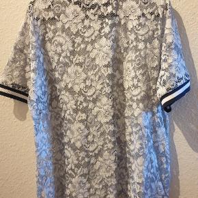 Blonde bluse med rib kant, for et mere sporty look. Blusen er fra GANNI str. M og har været brugt et par gange.