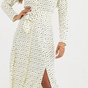 Kjole fra Asos som aldrig er brugt. I en str S.  Køber betaler fragt.