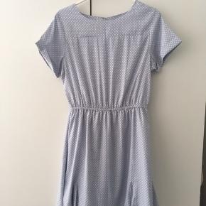 Kjole fra Compañia Fantastica. I mærket står str. L (men det er lille i det - så den passer bedre str. M)  Fremstår helt ny ✨