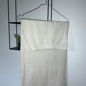 Brugt højest 2 gange, den fitter super flot på kroppen, (elastisk)   Den er i denne creme hvide farve og har et lækkert materiale. Sælger da jeg ikke får gået nok med den.   Byd