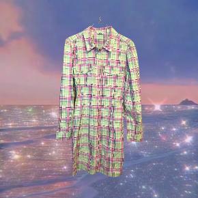 Sæt af fin og finurlig ternet skjortekjole med små pufærmer i flotte pastelfarver med dertilhørende bøllehat i samme stof. Foretrækker at sælge sammen men kan også sælges hver for sig.   Byd meget gerne!