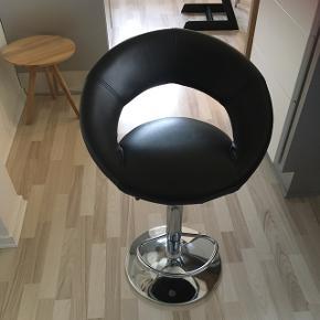 Sælger 1 stk barstol som er som ny da vi flyttede lige efter køb og i det ny køkken er der kun plads til en.