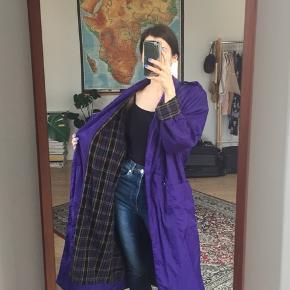 Vintage trenchcoat i flotteste lilla med blødt ternet inderfor. Oversize - onesize alt efter ønsket look.