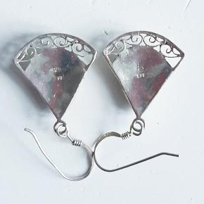 Smukke sølv ørestikker sælges.de er 2 cm høje og 2 cm brede